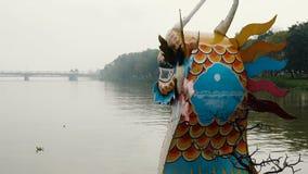 Barco del dragón en el río del perfume