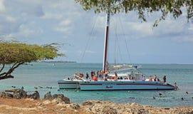 Barco del equipo de submarinismo del catamarán de Aruba Fotos de archivo