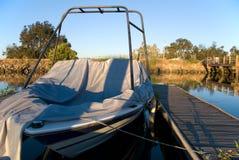 Barco del esquí atracado y cubierto Foto de archivo libre de regalías