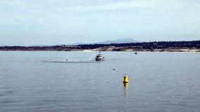 Barco del fuego de Monterey California que practica con agua Canon almacen de metraje de vídeo