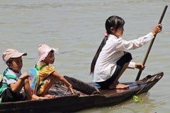 Barco del jardín de la infancia en la savia de Tonle fotografía de archivo
