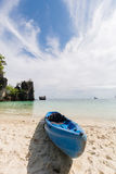 Barco del kajak en la playa de la arena Foto de archivo libre de regalías