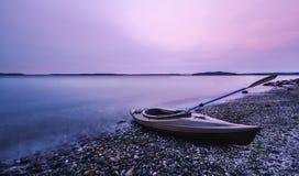 Barco del kajak en Smoggy Foto de archivo libre de regalías