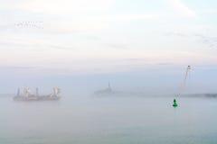 Barco del lago engullido con niebla Opinión horizontal una boa comercial Imagenes de archivo