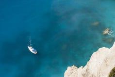 Barco del marinero en las aguas azules Imagen de archivo libre de regalías
