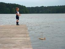 Barco del muchacho y de vela Imagen de archivo libre de regalías