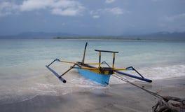 Barco del océano en la orilla Foto de archivo libre de regalías