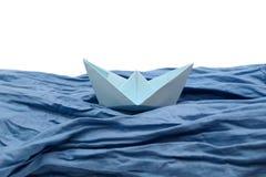 Barco del papel azul, barcos de la papiroflexia en blanco Foto de archivo