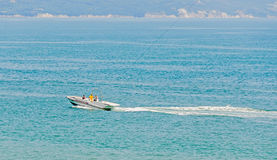 Barco del parasailing de la reconstrucción, navegación de la nave en el Mar Negro, agua azul, día soleado y cielo claro Imágenes de archivo libres de regalías