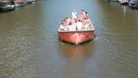 Barco del partido en el canal de Amsterdam almacen de video
