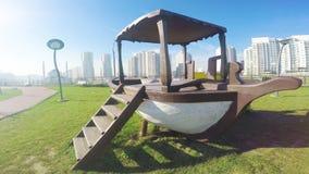 Barco del patio en un parque con el cielo azul