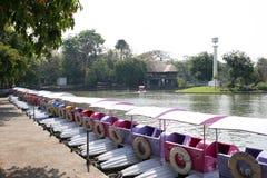 Barco del pedal de la fibra de vidrio - parque zoológico de Dusit, Bangkok, TAILANDIA foto de archivo
