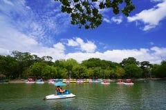 Barco del pedal en el lago en parque nacional con el cielo azul hermoso Imagen de archivo libre de regalías