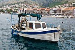 Barco del pescador atracado cerca de la ciudad de Senj Fotografía de archivo