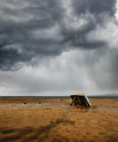 Barco del pescador bajo la lluvia Fotos de archivo
