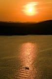 Barco del pescador con puesta del sol en el fondo Foto de archivo libre de regalías