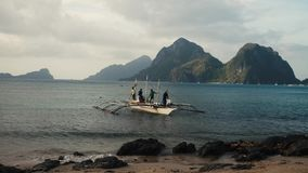 Barco del pescador de Filipinas que viene a la orilla almacen de video