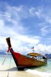 Barco del pescador el día soleado fotografía de archivo