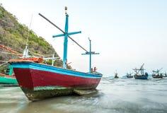 Barco del pescador en el mar imagenes de archivo