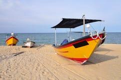Barco del pescador en la playa Fotografía de archivo