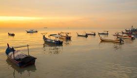 Barco del pescador en puesta del sol Imagenes de archivo