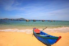 Barco del pescador que miente en la playa tropical imagenes de archivo