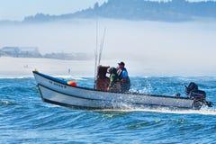 Barco del pez de san Pedro que viene adentro en el cabo Kiwanda Fotografía de archivo
