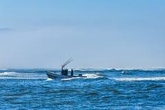 Barco del pez de san Pedro que viene adentro en el cabo Kiwanda Imagen de archivo