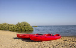Barco rojo en la playa Fotos de archivo libres de regalías