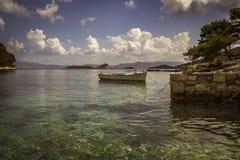 Barco del ` s del pescador en un mar imagenes de archivo