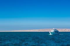 Barco del salto en el Mar Rojo Fotos de archivo