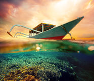 Barco del salto en la puesta del sol Foto de archivo libre de regalías