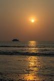 Barco del salto y la puesta del sol Imagen de archivo