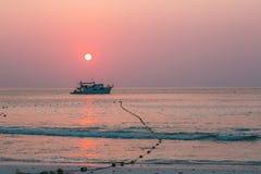 Barco del salto y la puesta del sol Imágenes de archivo libres de regalías