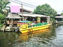 Barco del servicio de recogida de la basura Foto de archivo
