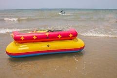 Barco del sofá en el mar Fotos de archivo