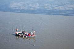 Barco del taxi que cruza el río de Riachuelo fotografía de archivo