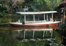 Barco del tirón en canal y el río Fotos de archivo