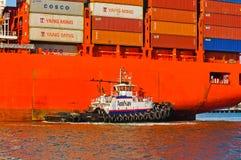 Barco del tirón que maniobra a Santa Barbara Foto de archivo