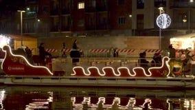 Barco del trineo de Papá Noel en el mercado de Navidad de Darsena, Milán, Italia almacen de metraje de vídeo