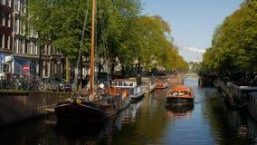 Barco del viaje de Amsterdam en el canal de Brouwersgracht almacen de video