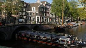 Barco del viaje de Amsterdam en el canal de Herengracht almacen de video