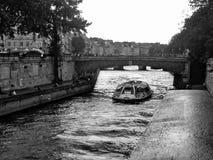 Barco del viaje de la noche en el río el Sena París Fotografía de archivo