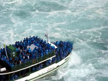 Barco del viaje de Niagara Falls foto de archivo
