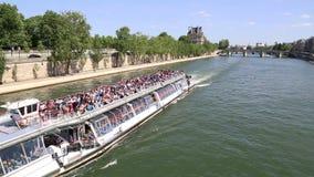 Barco del viaje en el río Sena en París, Francia almacen de metraje de vídeo