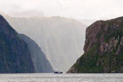 Barco del viaje - Milford Sound Imagen de archivo