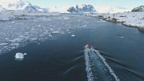 Barco del zodiaco en tiro aéreo del océano de la Antártida almacen de metraje de vídeo