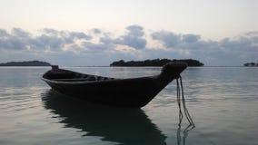 Barco delante de Na Thian y Ko Mat Lang Islands de Ko durante salida del sol en Koh Samui Island, Tailandia Fotografía de archivo libre de regalías