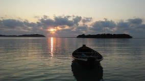 Barco delante de Na Thian y Ko Mat Lang Islands de Ko durante salida del sol en Koh Samui Island, Tailandia Fotografía de archivo