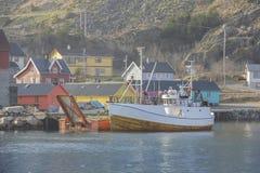 Barco delante del pueblo Imagen de archivo libre de regalías